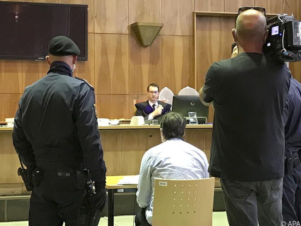 Der Angeklagte soll 19 mal zugestochen haben