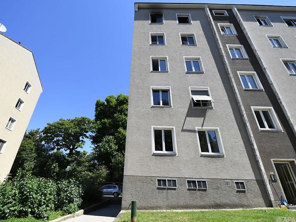Die Frau sprang aus einem Fenster im fünften Stock
