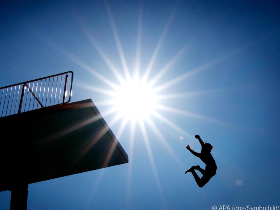 sommer schwimmbad sprungturm pool Die Sonne brennt gnadenlos herab