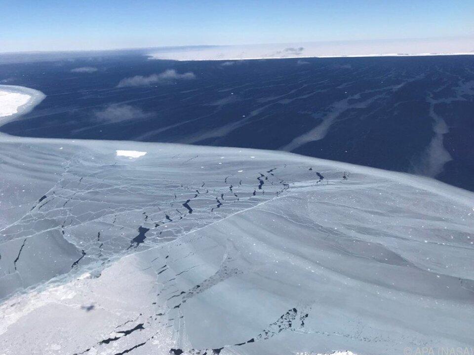 Diese Fotos vom Eisberg veröffentlichte die NASA 2017