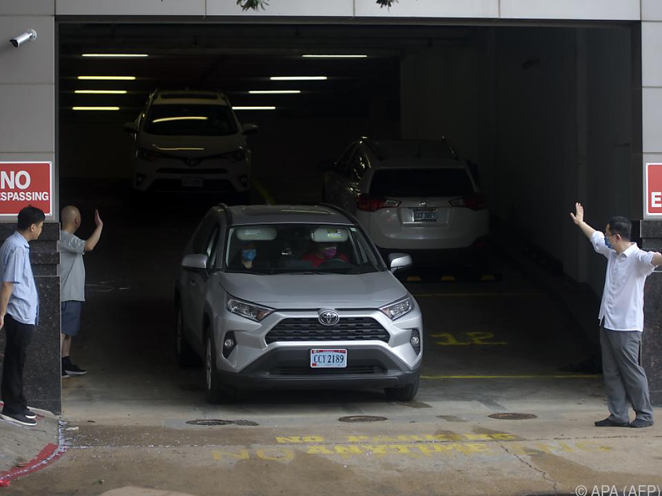 Fahrzeuge verlassen das chinesische Konsulat in Houston