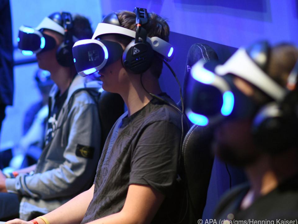 Spieler mit der VR-Brille (230 Euro), mit der sich die PS4 aufrüsten lässt