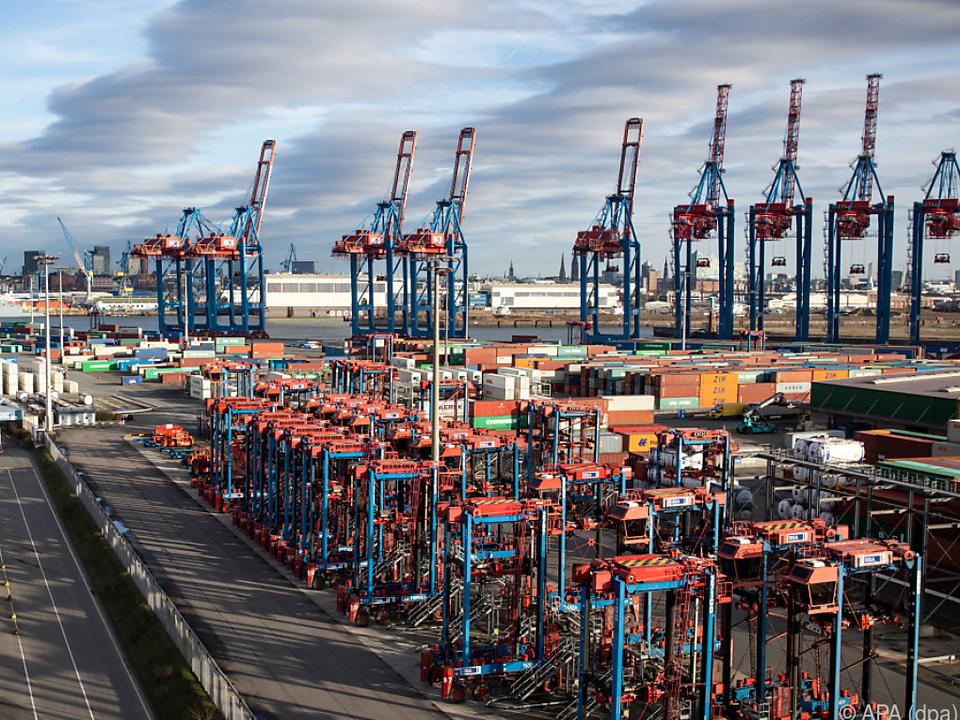 Gähnende Leere im Hafen Hamburg symbolisch für die Situation