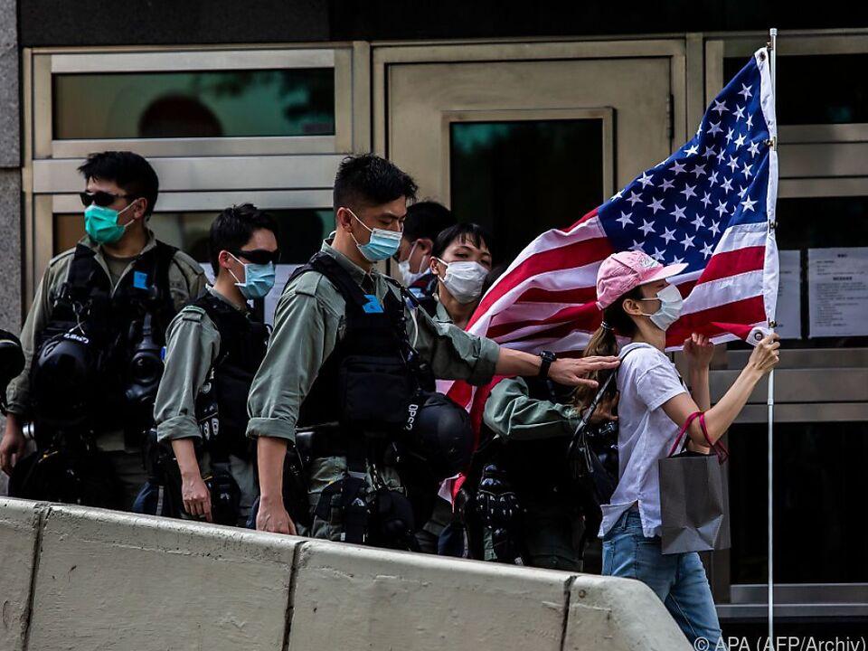 Hongkongs Polizei vertreibt Frau mit US-Flagge