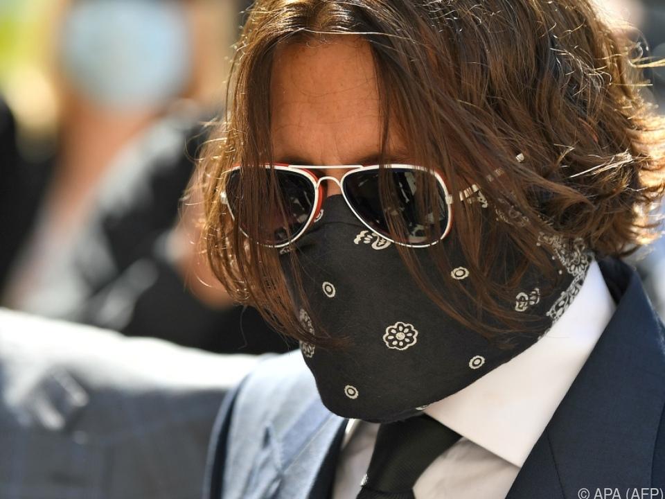 Johnny Depp erscheint vermummt vor Gericht