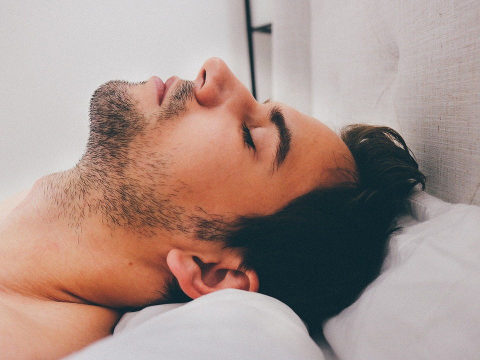 Mann Schlaf Bett