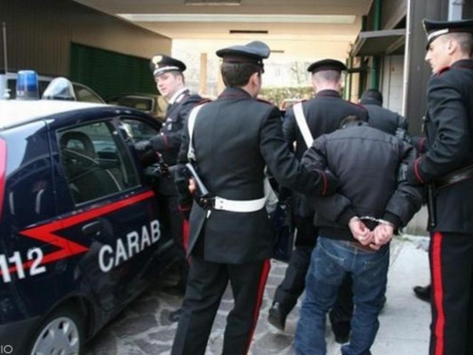 Carabinieri Festnahme Handschellen
