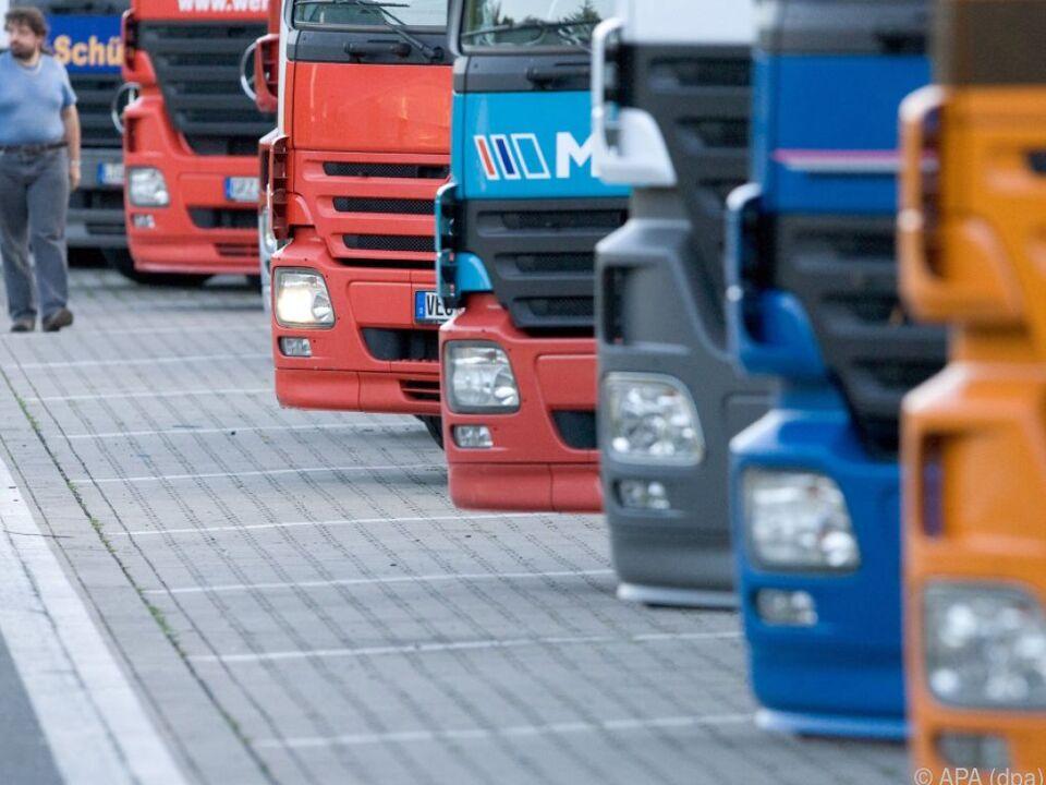 Neue Regeln sollen Arbeitsbedingungen für Fernfahrer verbessern lkw symbol a22