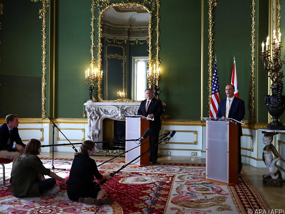 Pompeo bei einer gemeinsame Pressekonferenz mit Raab