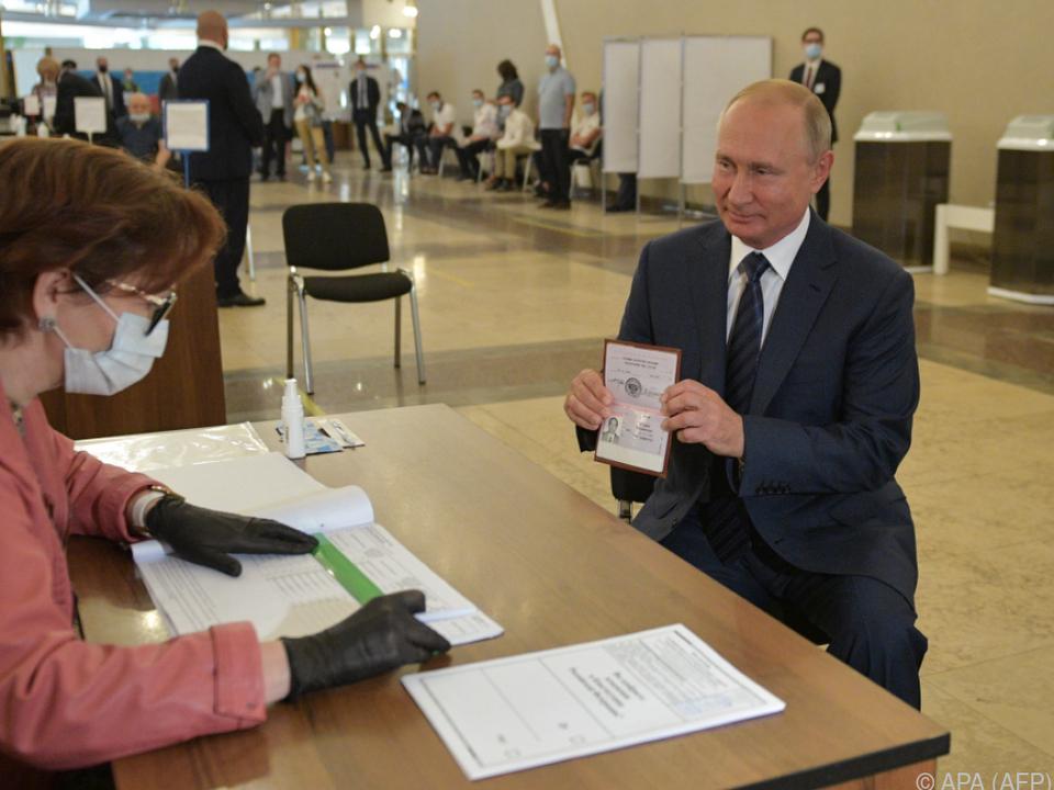 Russlands Präsident Wladimir Putin bei der Stimmabgabe