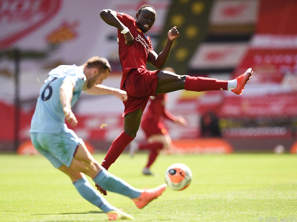 Sadio Mane will den Ball aufhalten