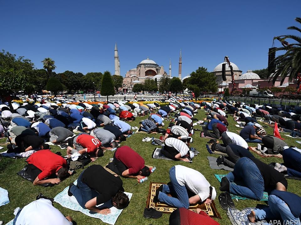 Tausende Gläubige versammelten sich auch vor der Hagia Sophia
