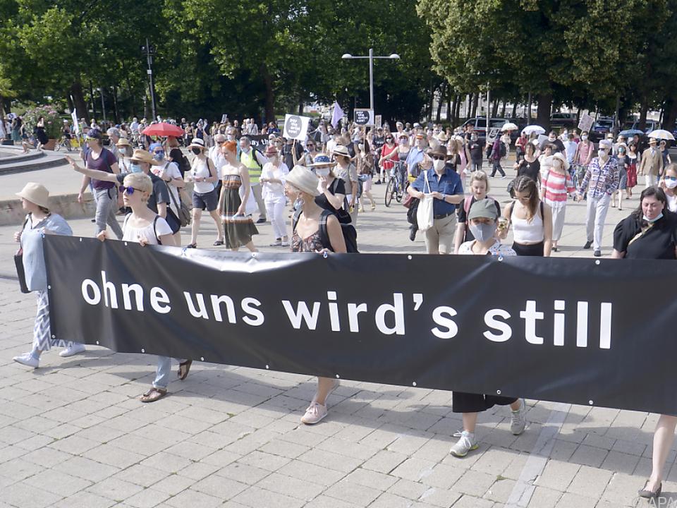 Teilnehmer solidarisierten sich mit Künstlern