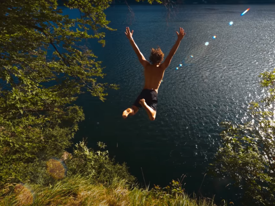 Frame Video Cliff Jumping in 4k 10 000fps