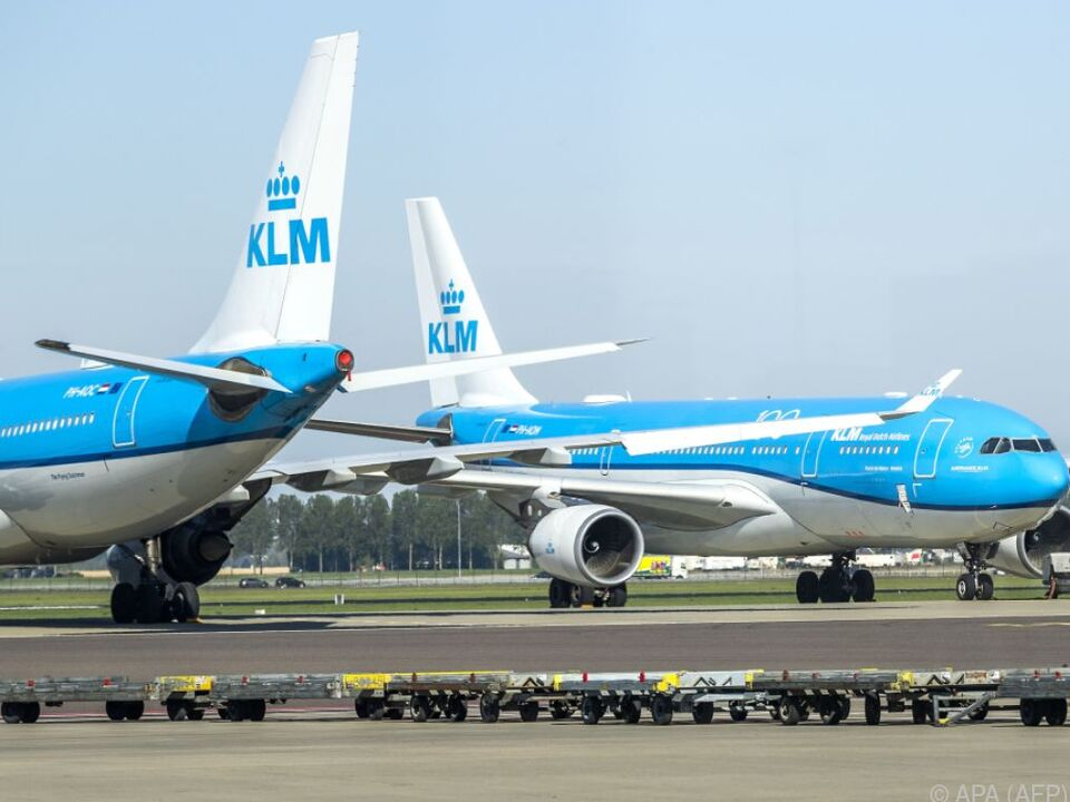 Zwei KLM-Flugzeuge auf dem Flughafen Schiphol