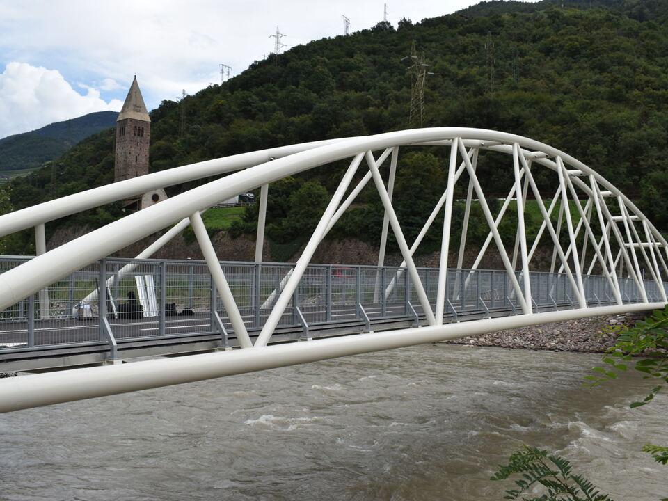 Radfahrer und Fußgänger haben nun in Bozen/Kampill eine eigene Brücke und somit eine schnelle Verbindung über den Eisack. (Foto: LPA/Roman Clara)
