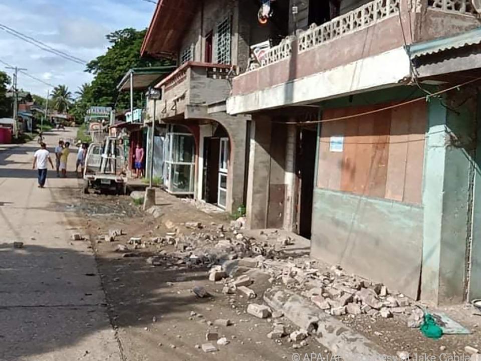 Das Beben beschädigte Gebäude und Straßen