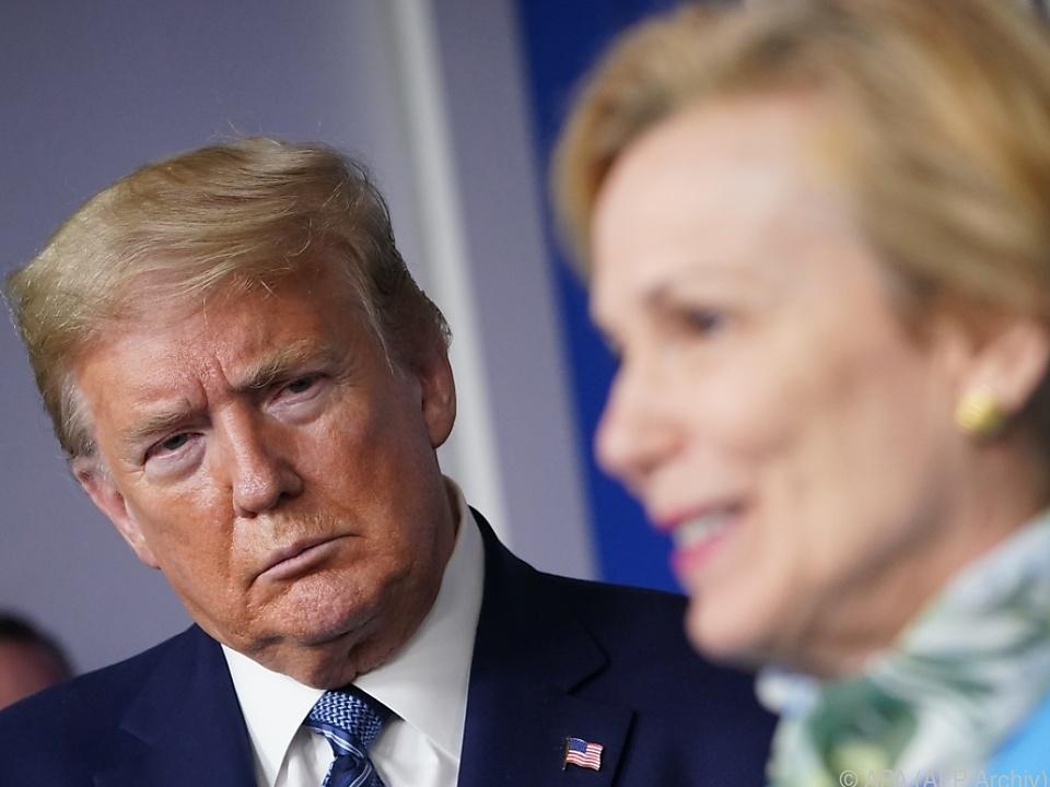 Donald Trump beäugt Deborah Birx skeptisch