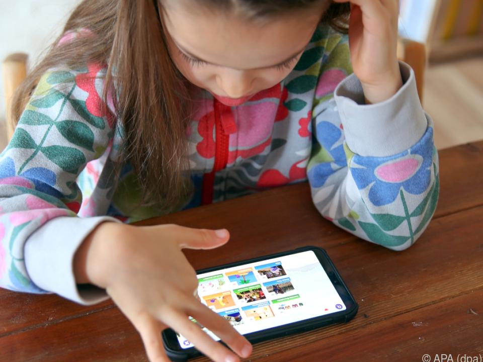 Eltern sorgen sich, wenn Kinder zum ersten Mal alleine im Netz surfen