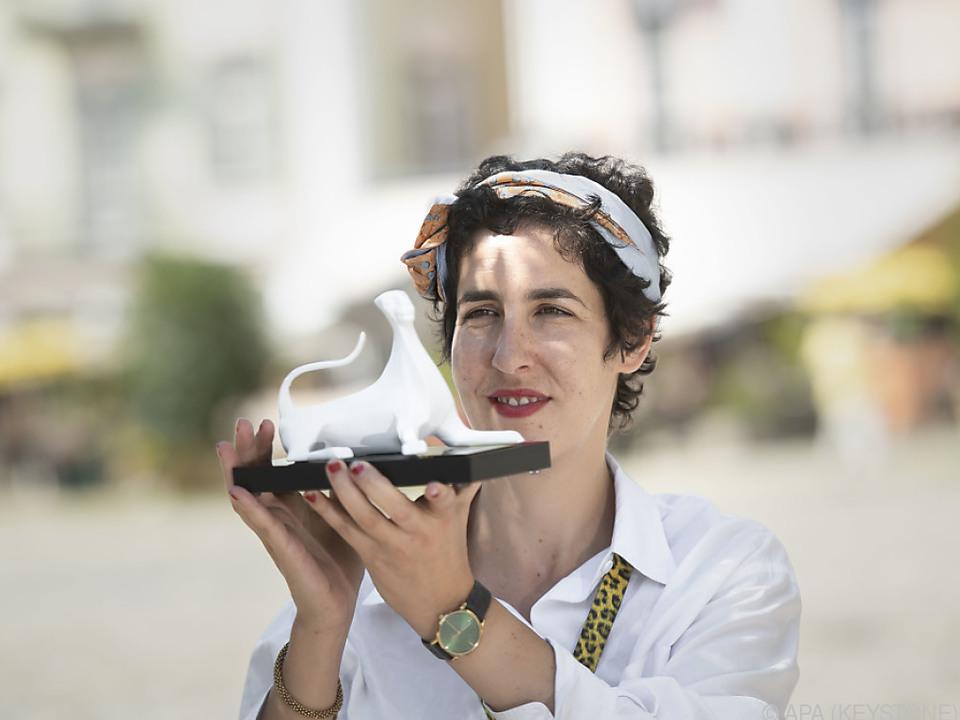 Festival-Direktorin Lili Hinstin mit einem Leoparden