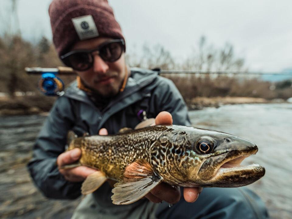 fischen Fischer mit Marmorierter Forelle