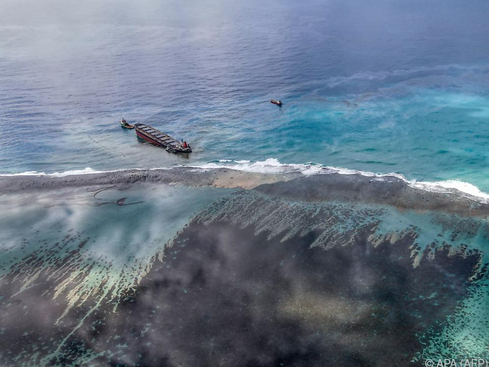 Frachter Wakashio leckt vor der Küste von Mauritius vor sich hin