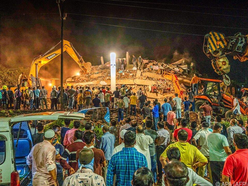 Fünfstöckiges Wohnhaus in Mahad stürzte ein