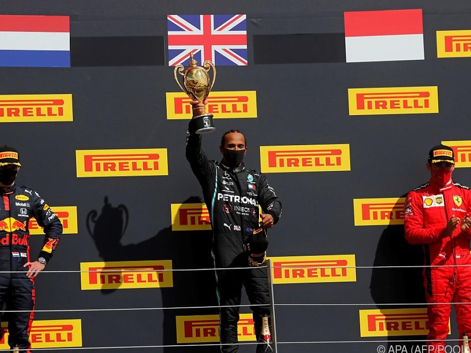 Hamilton schafft vor Verstappen und Leclerc einen Heimsieg