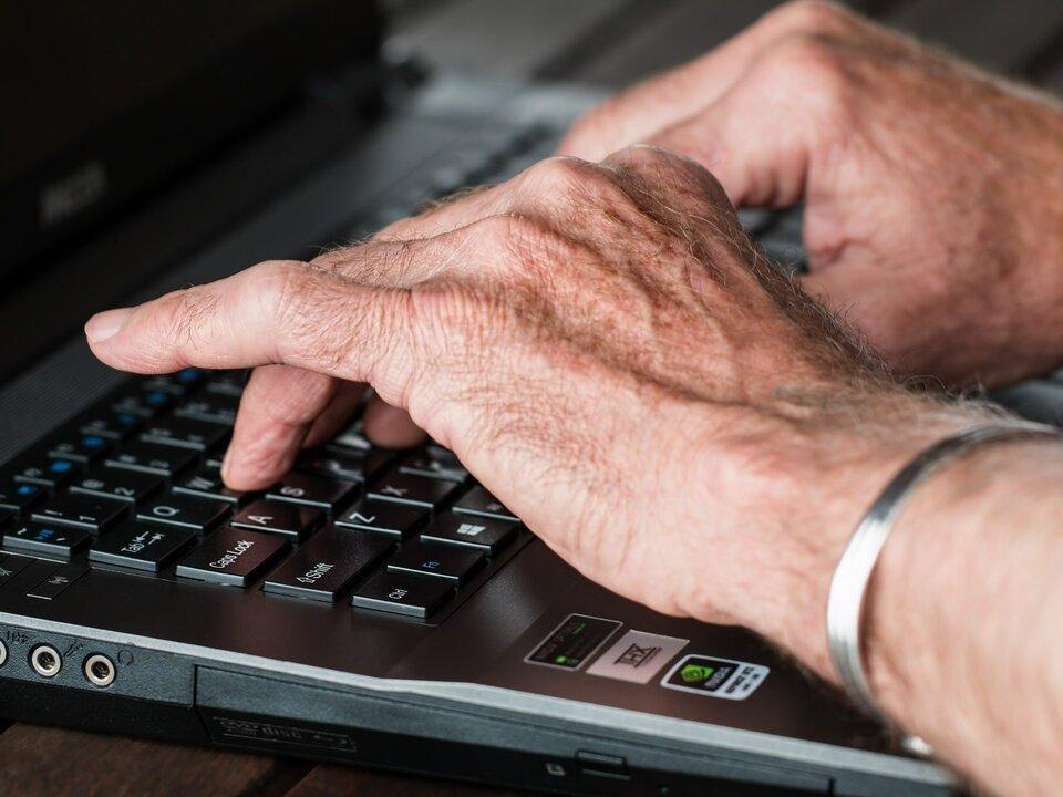 Hände alt PC Mitarbeiter arbeit alt