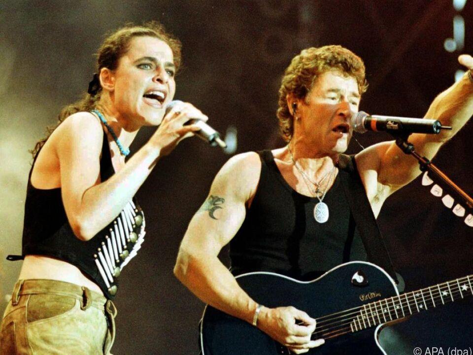 Julia Neigel mit Peter Maffay bei einem Konzert 1998