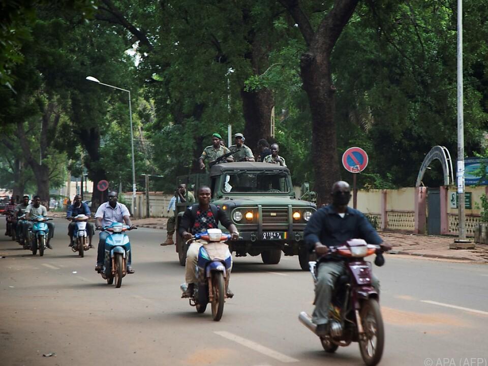 Militär fährt durch die Straßen von Bamako