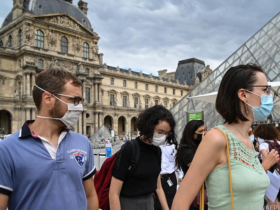 Pariser und Touristen sollen Masken aufsetzen