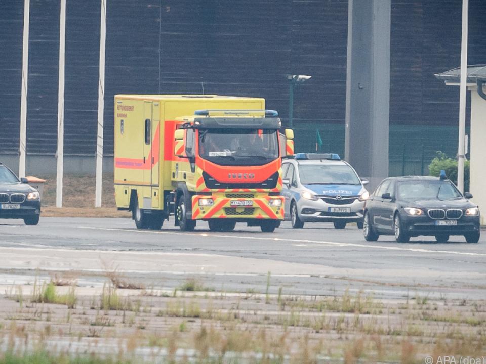 Polizeifahrzeuge begleiteten den Transport in die Klinik