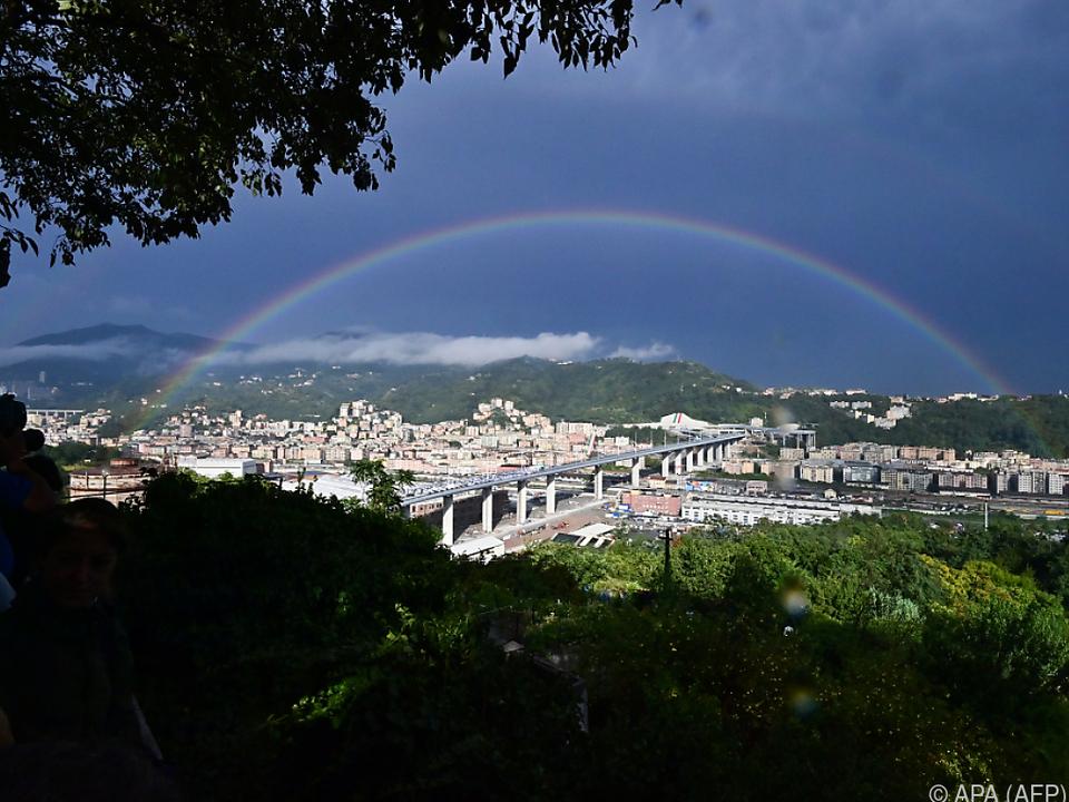 Regenbogen über neuem Autobahnviadukt \