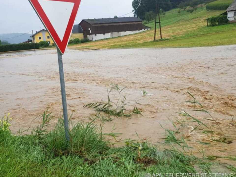 Überschwemmungen durch starke Regenschauer