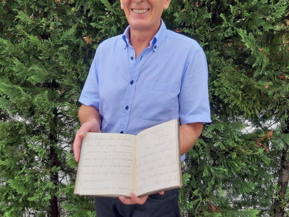 Volkskundler Karl Saxer mit antikem Schuldokument