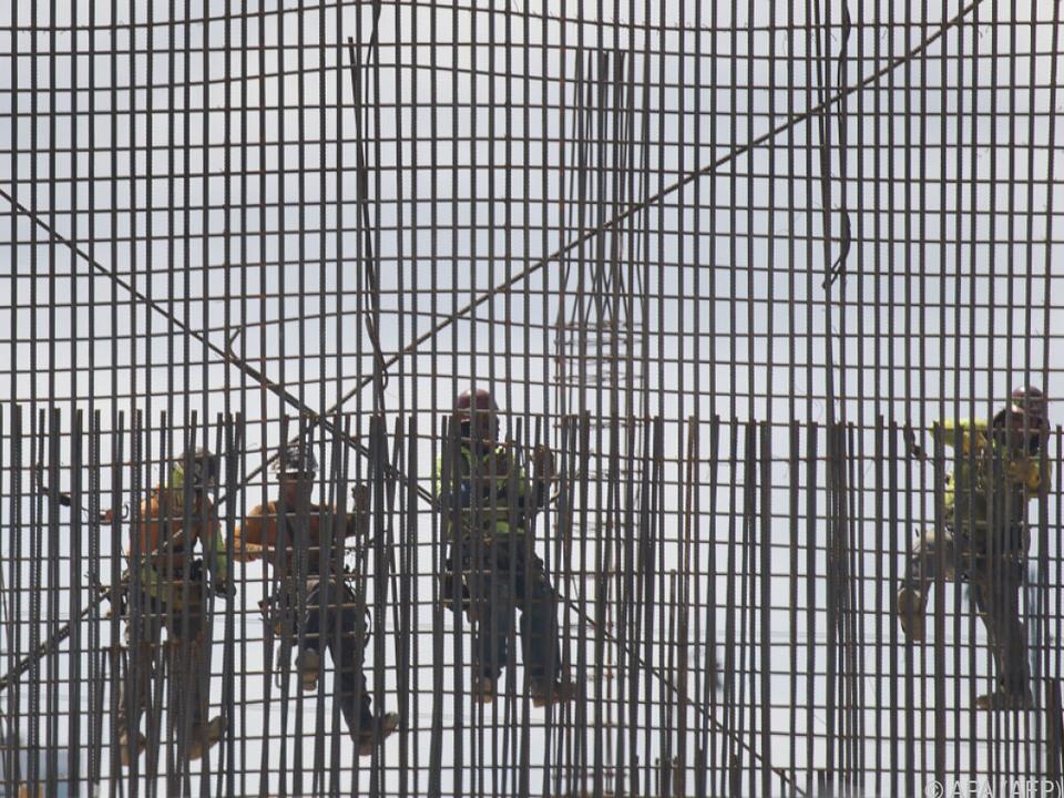 Werkstoff als Politthema: Arbeiter auf Stahlgerüst in Miami