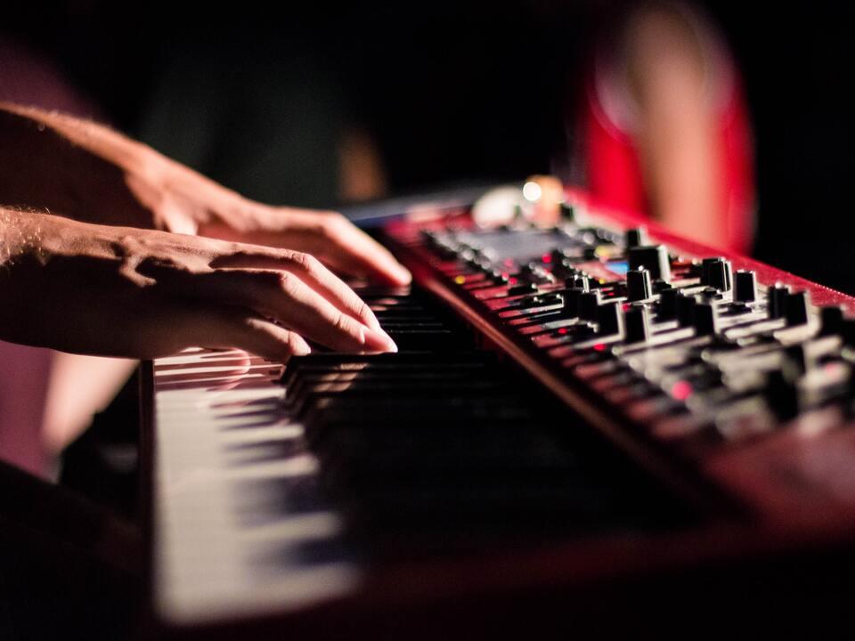 DJ Musik Keyboard Band 1080057_puk-khantho-sWbGwr1fOUk-unsplash