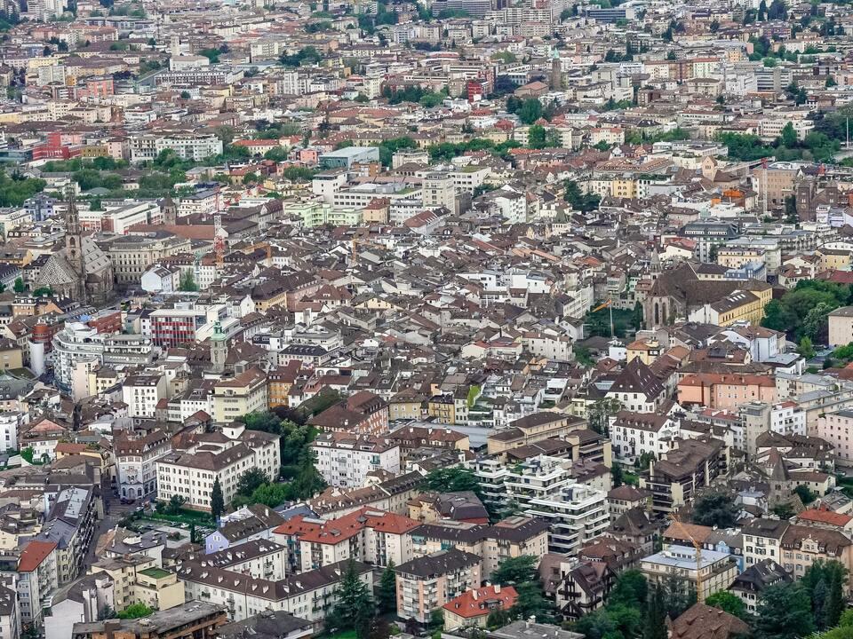 sym dachdecker dach Der Löwenanteil der Corona-Ausgleichszahlungen für die Besetzung öffentlicher Flächen geht mit 437.812 Euro an die Gemeinde Bozen. (Foto: Unsplash) 1081644_etienne-girardet-25jg9A80_6Q-unsplash