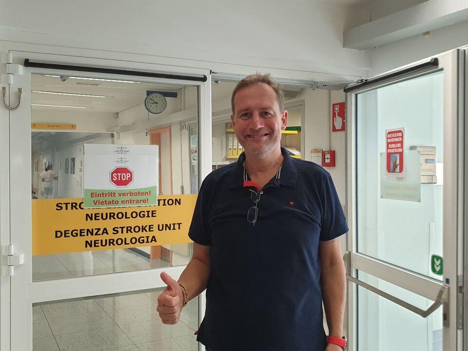 Assessore Bessone davanti al reparto di Neurologia di Bolzano