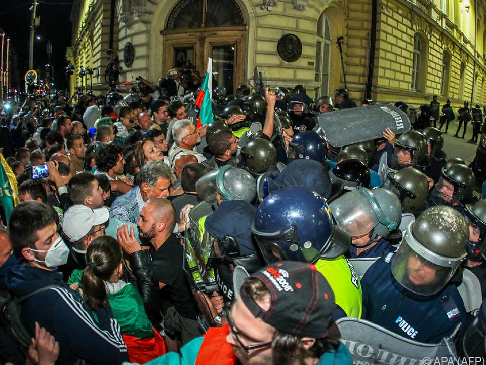 Beamte drängen Demonstranten zurück