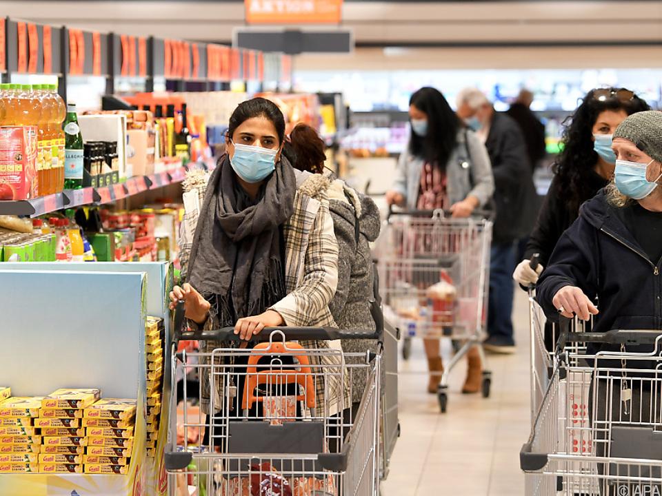 Beim Einkaufen heißt es nun überall: Masken auf