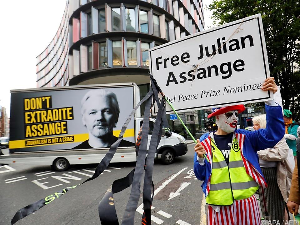 Demonstranten fordern die Freilassung von Julian Assange