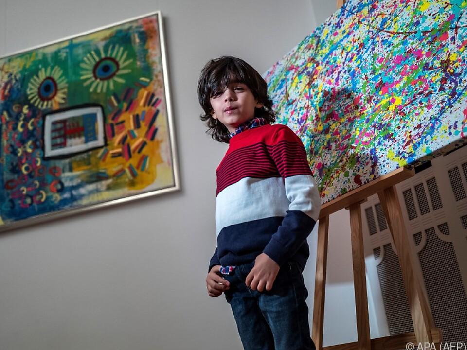 Der Bub vor zwei seiner Werke