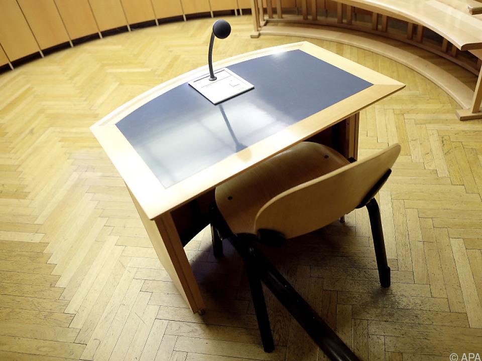 Der Platz des Angeklagten im Saal 105 im Wiener Landesgericht