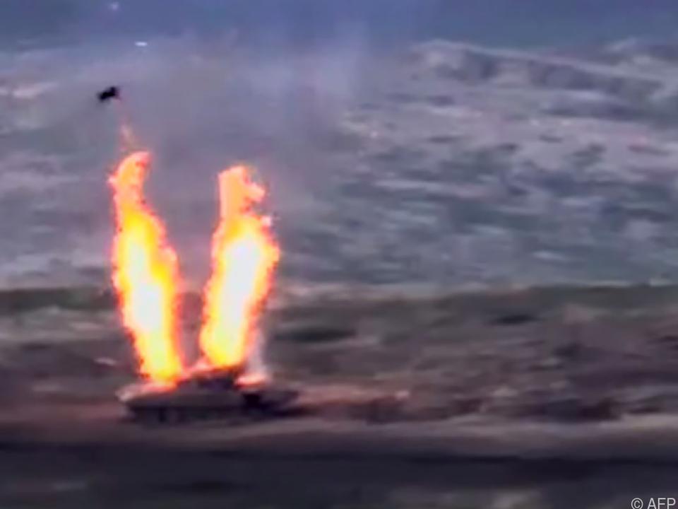 Ein aserbaidschanischer Panzer steht in Flammen