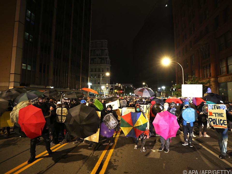 Etwa 2.000 Menschen protestieren in der Stadt Rochester