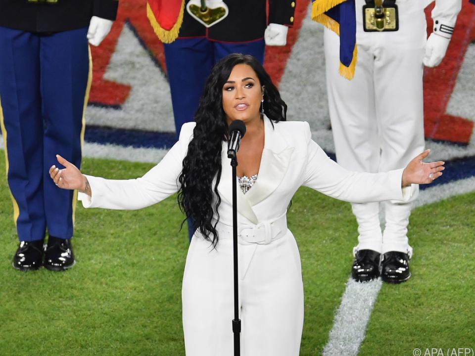 Lovato singt hier die US-Hymne - dafür ist Weiß gut genug