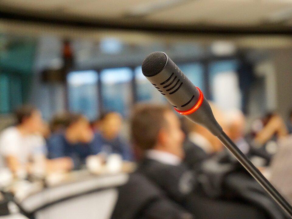Gemeinderat Mikrophon Meeting Sitzung Gemeinderat