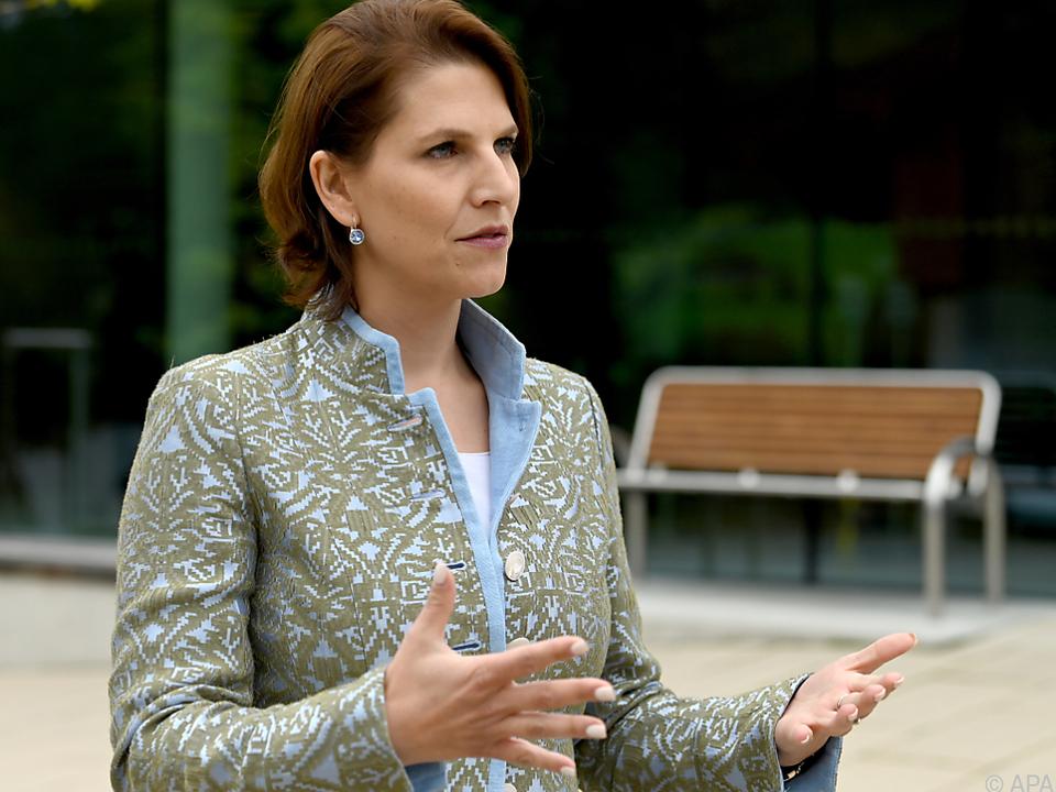 Ministerin Edtstadler will sich Bedenken der Technologieriesen anhören